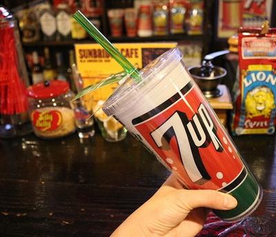 セブンアップストロー付きボトル 7upタンブラー シッパーカップ アウトドアボトル アメリカ雑貨屋 サンブリッヂ 通販