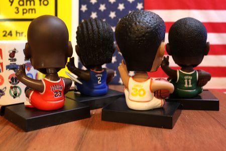NBA スマホスタンド 首振りドール マイケルジャクソン カワイレオナード カイリーアービング カリーステフィン